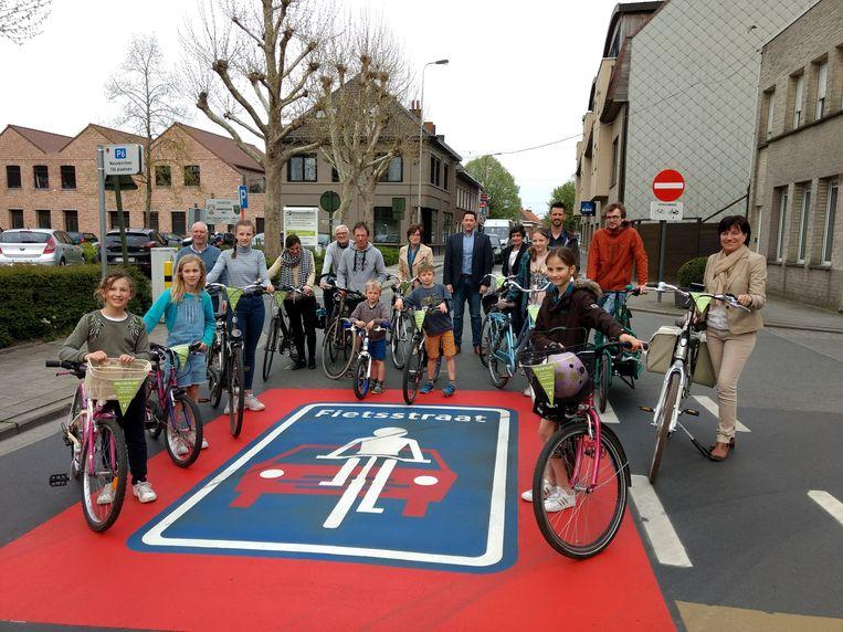 In alle 7 fietsstraten in Deerlijk werd een groot logo geschilderd op de vloer om duidelijk te maken dat de straat daar een fietsstraat is