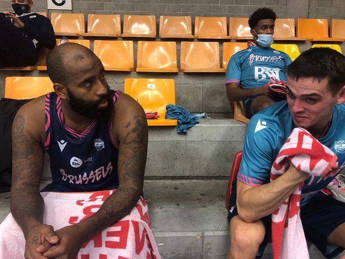 Darius Washington geeft youngster Niels Foerts wijze raad.