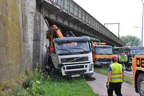 De vrachtwagen moest worden getakeld.