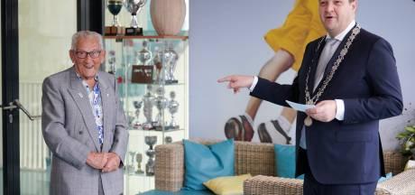 'Karate Opa' Cor de Ruijter (90) koninklijk onderscheiden