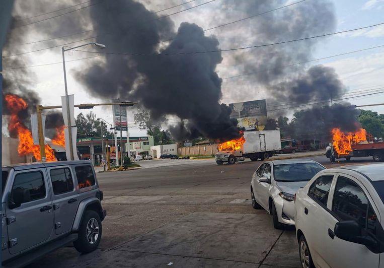 Na de arrestatie van Ovidio Guzmán, de zoon van El Chapo, brak er een golf van geweld uit. Er gingen onder meer bussen en diverse andere voertuigen in vlammen op. Beeld null