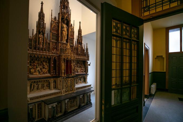 Het oude hoofdaltaar uit de Paterskerk van het complex Mariënhage in Eindhoven. Hier kan de bezoeker van DOMUSDELA binnenkort waarschijnlijk weer ouderwets een kaarsje opsteken.