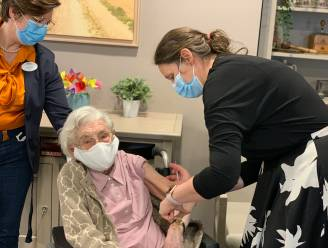 Coronavaccin leuk 'verjaardagscadeau' voor Conny (101): bewoners Beaulieu krijgen eerste prikje