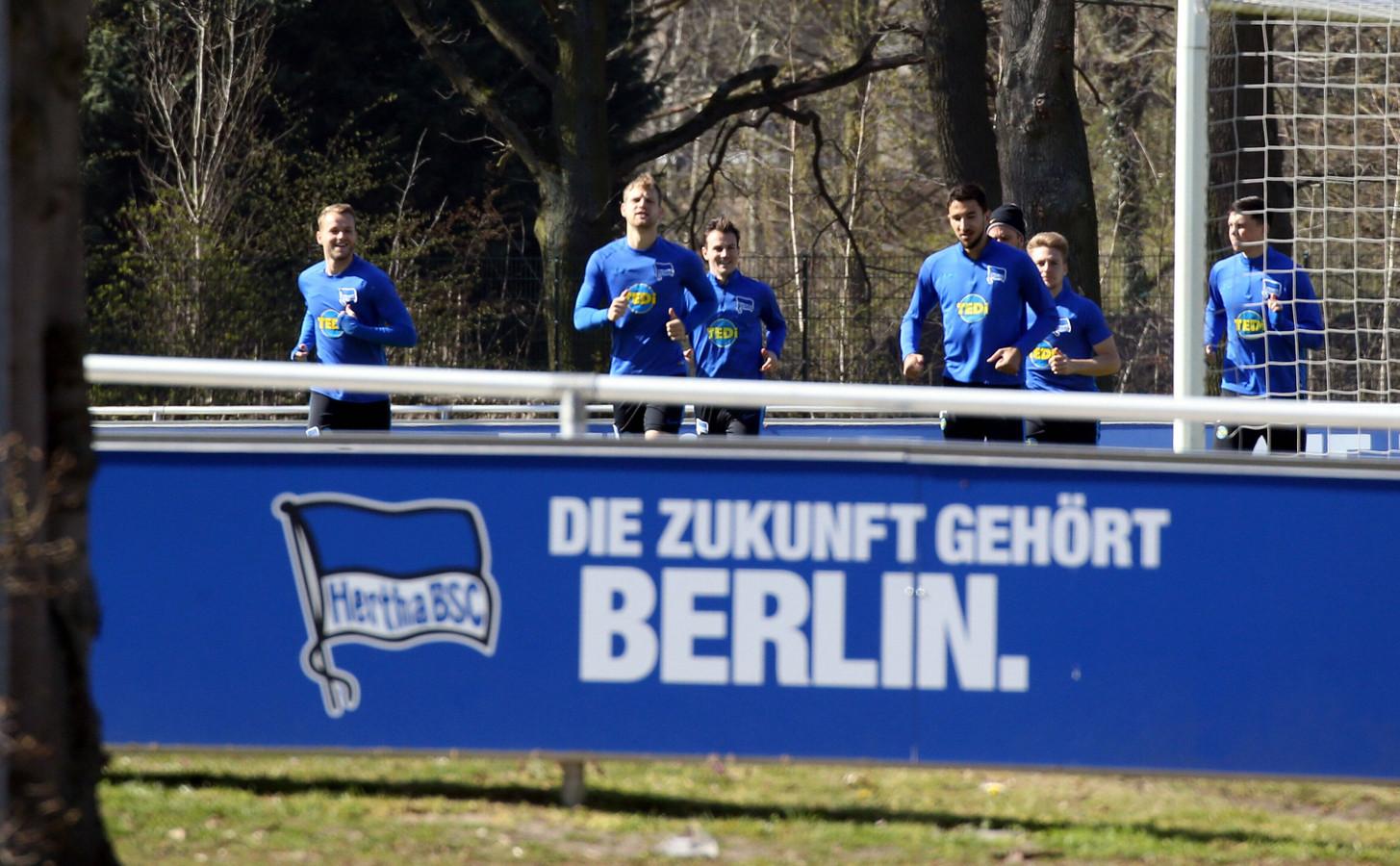 """Karim Rekik met zijn ploeggenoten, geheel rechts. ,,Het is een kwestie van fit blijven"""", zeggen hij en zijn collega bij FSV Mainz 05 Jeffrey Bruma."""