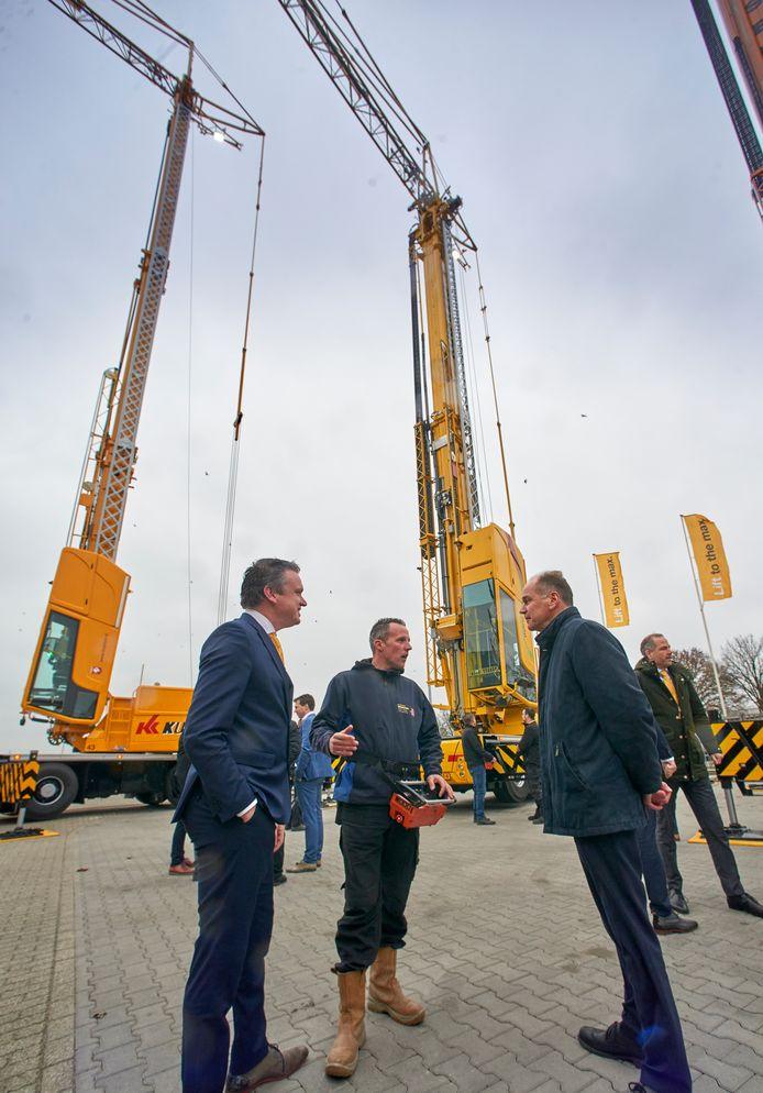Premiére van de SK487-at3 CityBoy: De eerste emissievrije mobiele kraan bij Spierings te Oss. Op de foto geeft machinist Thomas de Jong (midden) uitleg aan Ron Nederhoff (rechts). Links directeur Koos Spierings.