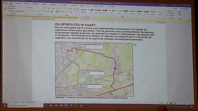 Extern verkeersdeskundige toonde dinsdagavond drie mogelijke routes tussen  A58 en A17: rood, door het dorp Zegge, groen over de Spiekestraat en geel is de beoogde route via de Leemstraat.