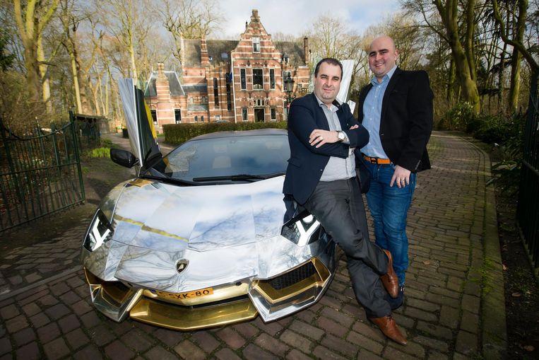 Salar en Sasan Azimi met een van hun andere luxewagens