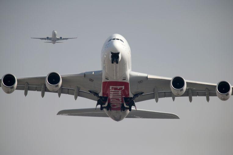 Een Airbus A380 van Emirates. De vliegtuigmaatschappij is de eerste die gedupeerde klanten de mogelijkheid tot terugbetaling biedt. Beeld Reuters
