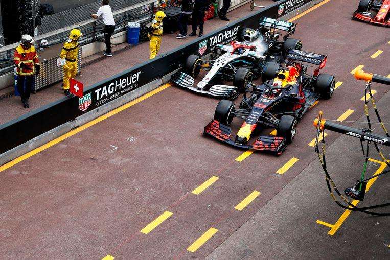 Touché: Verstappen tikt de auto van Bottas aan en zal vijf seconden tijdstraf krijgen. Beeld BSR Agency