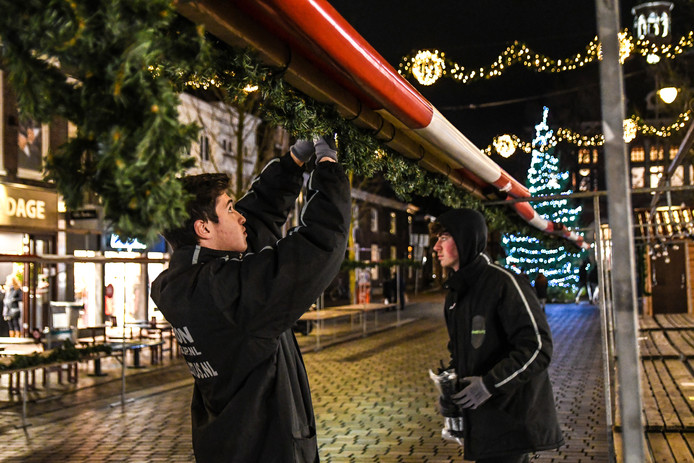 De opbouw van de kerstmarkt in Dordrecht.