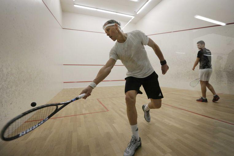Marco van Basten in actie tegen Bjorn Spek op het NK Squash.  Beeld ANP Sport