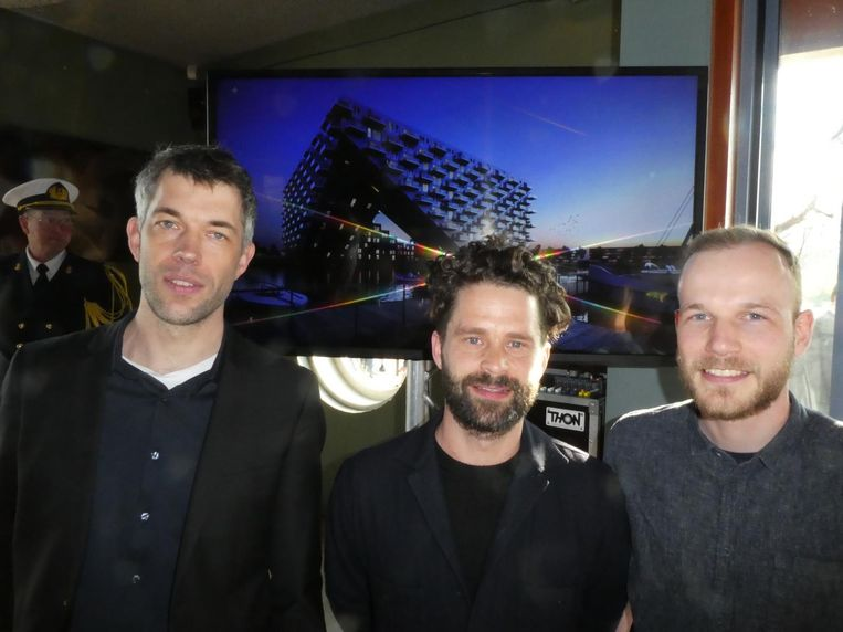 De architecten Dirk Peters en Robbert Peters van Barcode Architecten en Jeppe Langer (BIG), voor het ontwerp. Team Haaienbek. Beeld Hans van der Beek