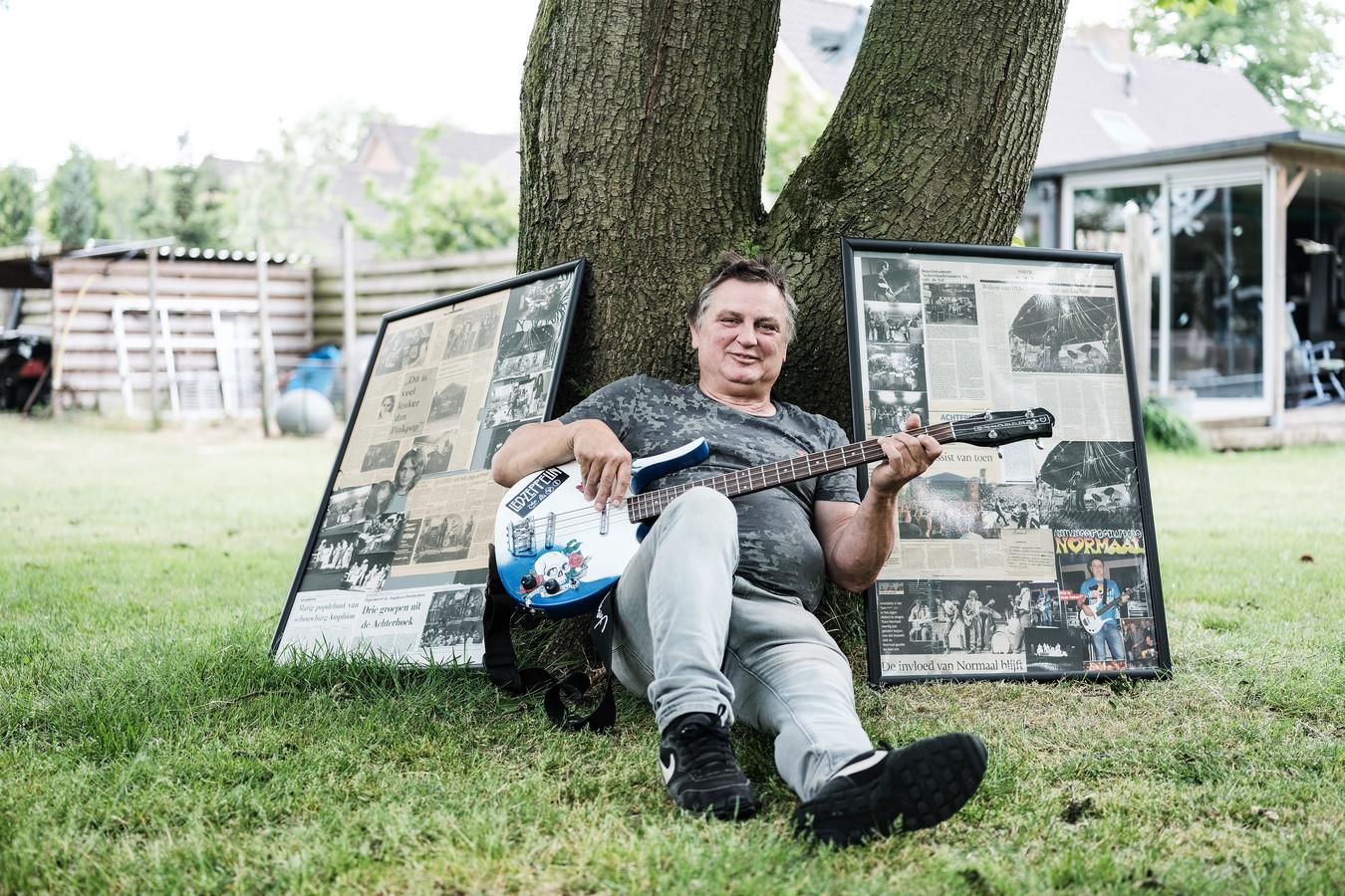 Willem van Dijk met een collage aan herinneringen van zijn tijd als bassist van Normaal. Foto Jan van den Brink.