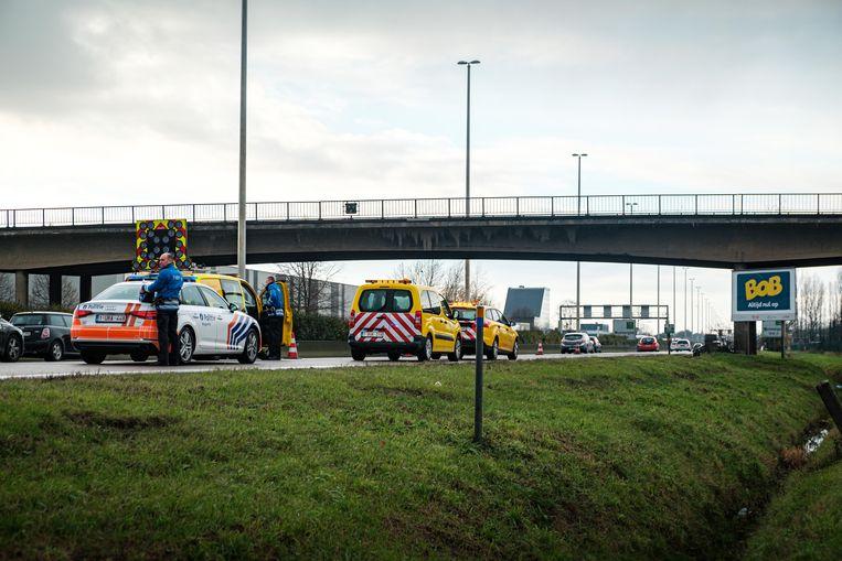 De brug van de Wijnegemsteenweg over de E313 is afgesloten vanwege gevaar.