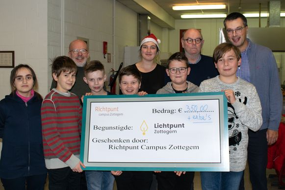 De leerlingen van Richtpunt campus Zottegem schenken 350 euro aan vzw Lichtpunt.