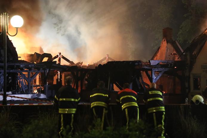 De brandweer liet het hoofdgebouw van camping Duinlust gecontroleerd uitbranden.