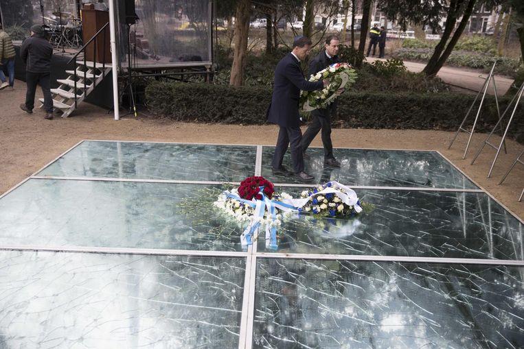 Namens het kabinet legt premier Mark Rutte, samen met vicepremier Lodewijk Asscher, een krans bij het Spiegelmonument Nooit meer Auschwitz tijdens de Nationale Holocaust Herdenking Beeld null