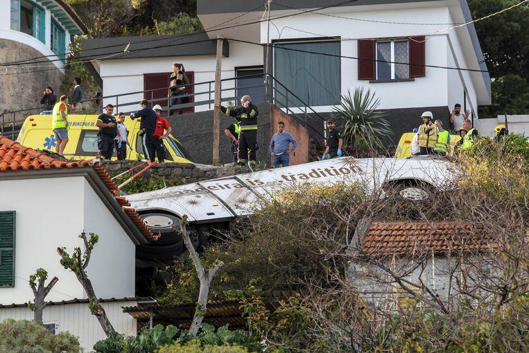 Hulpdiensten aan het werk bij de verongelukte bus op het Portugese eiland Madeira. Beeld EPA