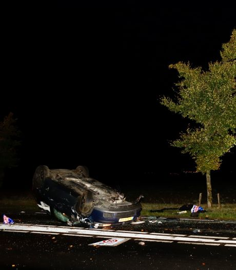Auto knalt tegen boom en belandt op dak in Oeffelt