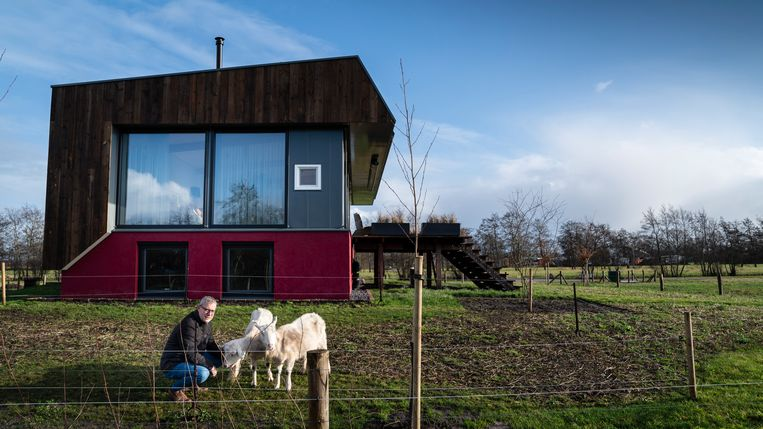 Jentje Steegstra komt in verzet tegen de gaswinning bij Drachten. Hij bouwde zijn huis, duurzaam en 'van het gas', nu wil het rijk onder zijn grond gas gaan winnen. Beeld Reyer Boxem