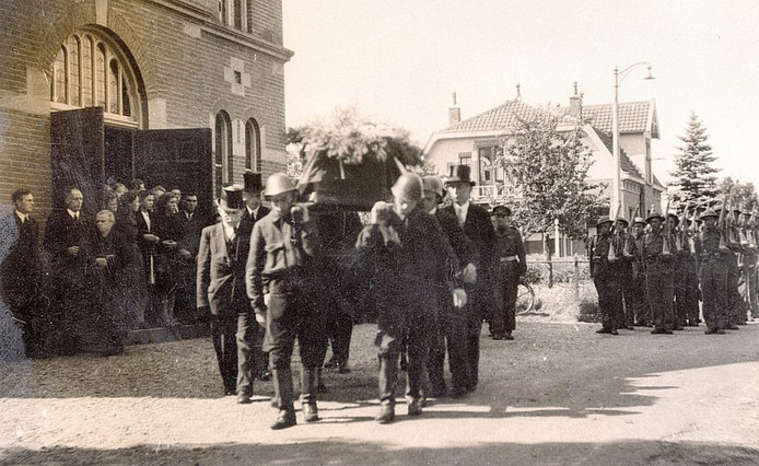 Heine Bolks werd op 28 augustus 1945 in Heemse met militaire eer begraven.