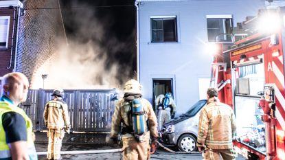Felle brand vernielt carport en veranda in Ename