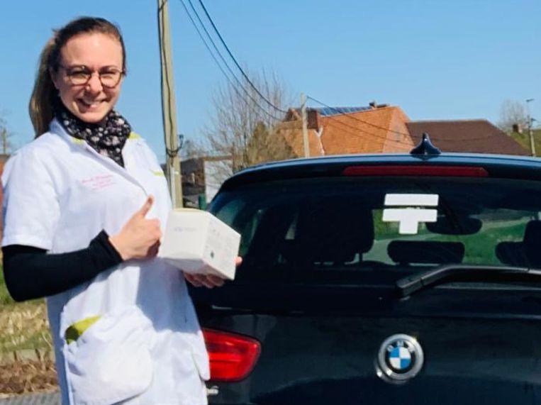Thuisverpleegster Sarah Demuynck mocht, mede dankzij de oproep van vorig weekend in HLN, een hele week mondmaskers afhalen in de regio.