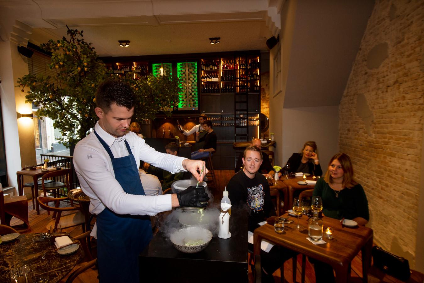 The Lemon Tree in Deventer. Aan tafel wordt in stikstof een anjer gevriesdroogd en als crumble over het voorgerecht met ceviche van zalm gestrooid.