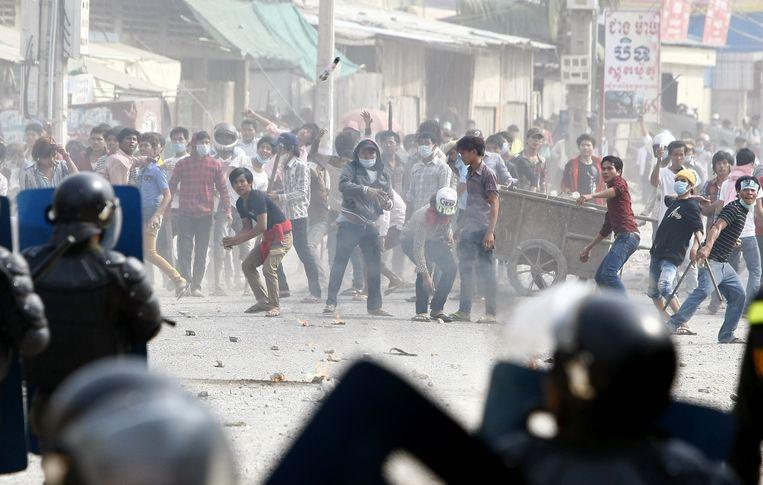 In januari van dit jaar liep een staking in Cambodja uit op een ware veldslag met de politie. Daarbij vielen vier doden en tientallen geworden. Beeld AP