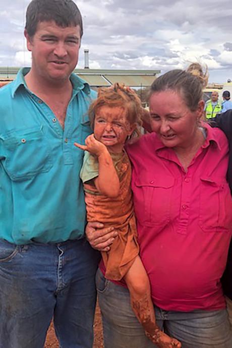 Matilda (3) levend gevonden na overstromingen Australië: 'Hondje bleef haar beschermen'