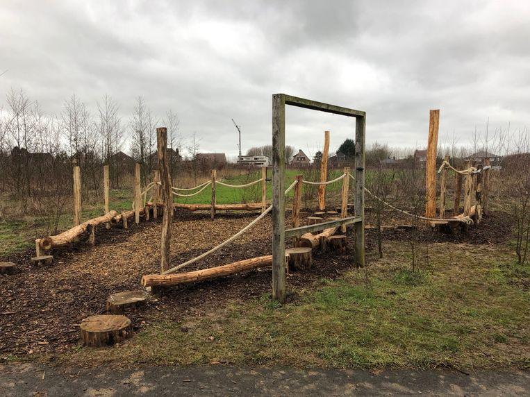 Aan het Herdebeekbos werd een klauterparcours van natuurlijke elementen aangelegd.