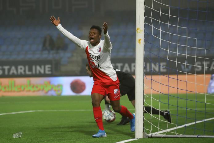 Isah Abbas juicht na zijn goal tegen FC Eindhoven