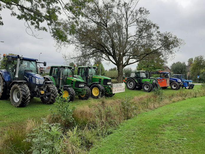 Tientallen boeren hebben hun trekkers geparkeerd bij het gemeentehuis van Gendringen uit protest tegen de plannen van de gemeente Oude IJsselstreek.