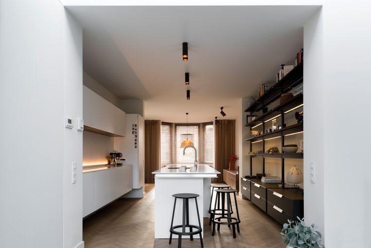 Keuken van gezellig gerenoveerde woning uit de jaren 30 met zwevende keukenkasten