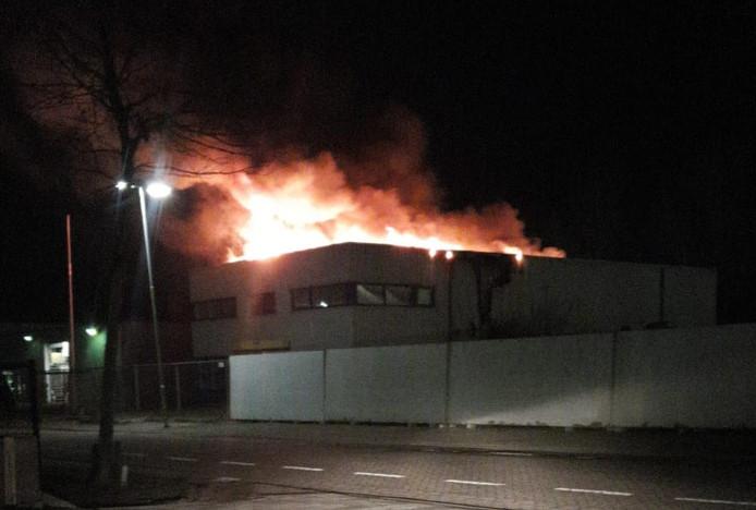 Leegstaand kantoorpand Imtech aan de Voltweg in Hoogerheide staat in brand.