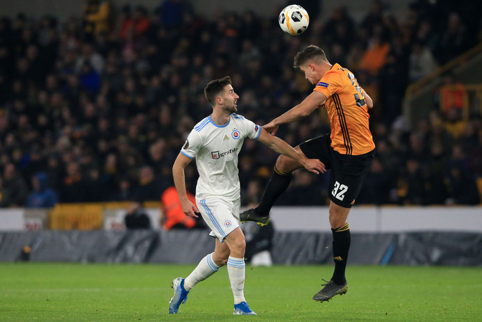 Slovan Bratislava's Slovenian striker Andraz Sporar (L) vies with Wolverhampton Wanderers' Belgian midfielder Leander Dendoncker (R) during the UEFA Europa League Group K football match between Wolverhampton Wanderers and Slovan Bratislava at the Molineux stadium in Wolverhampton, central England  on November 7, 2019. (Photo by Lindsey Parnaby / AFP)