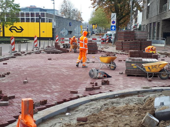 Stratenmakers leggen de laatste hand aan de nieuwe aansluiting van de Bram van den Berghstraat op de Spoorlaan. Het station is vanaf maandag weer bereikbaar met de auto.
