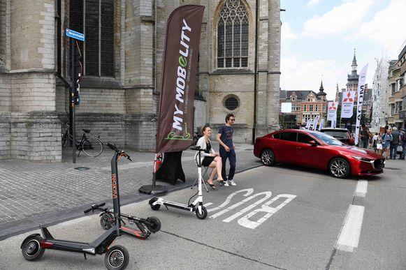 De mobiliteitsmarkt met ecologische wagens en steps
