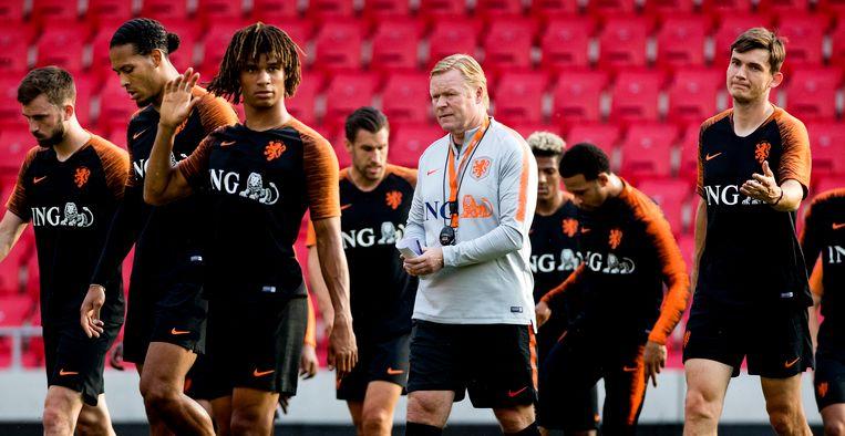 Davy Propper, Virgil van Dijk, Nathan Ake, bondscoach Ronald Koeman en Marten de Roon tijdens de training van het Nederlands eftal voor de wedstrijd tegen Slowakije. Beeld Anp