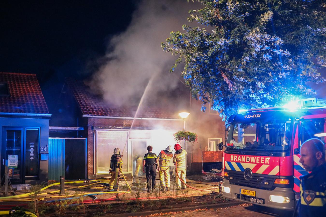 De brandweer blust de brand in Kraggenburg