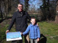 Gedenkborden herinneren aan vliegtuigen die in Wierden tijdens oorlog zijn neergestort