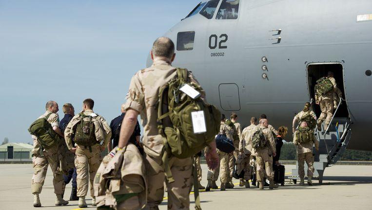 Zeventig militairen die kwartier gaan maken voor de politietrainingsmissie in Kunduz vertrekken vanaf vliegbasis Eindhoven. FOTO ANP Beeld