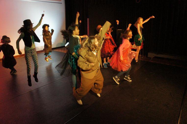 Dansen, springen, gek doen, het mag tijdens de dansworkshop. Beeld Stadsschouwburg