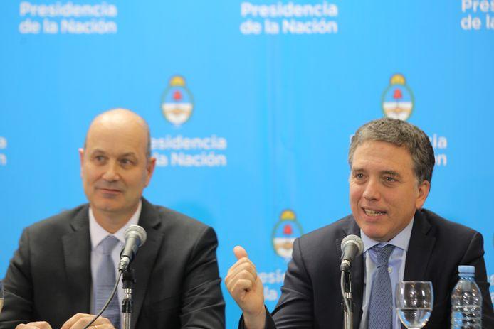 De president van de Argentijnse centrale bank Federico Sturzenegger (links) samen met de Argentijnse minister van Financiën Nicolas Dujovne.