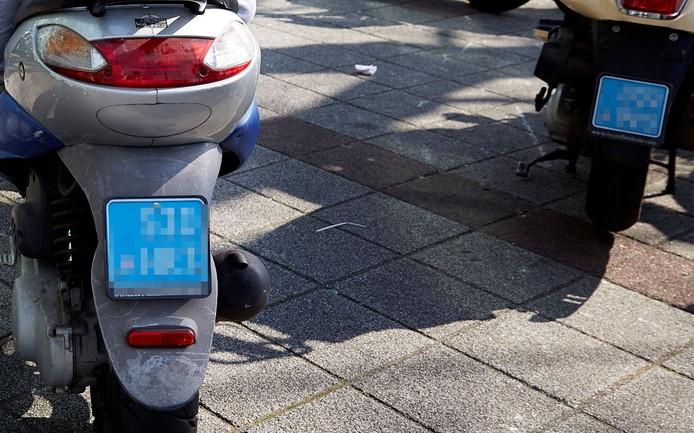 Snorfietsen zijn herkenbaar aan hun blauwe nummerplaat.