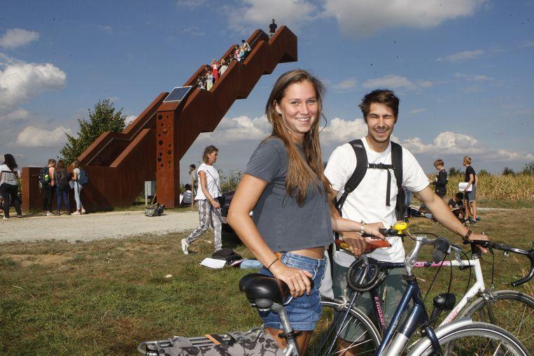 Helena en Nicolas uit Leuven pasten hun fietstocht aan om de toren te kunnen bewonderen.