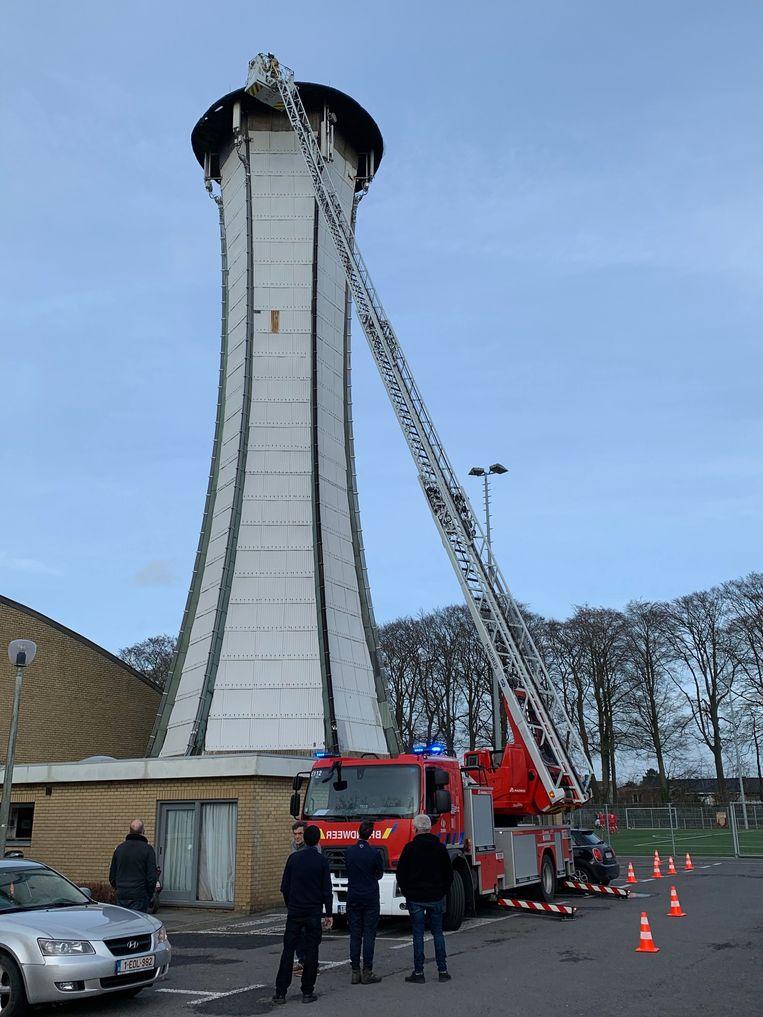 De ladderwagen van de brandweer was net hoog genoeg om bij de panelen van de schutterstoren te kunnen.