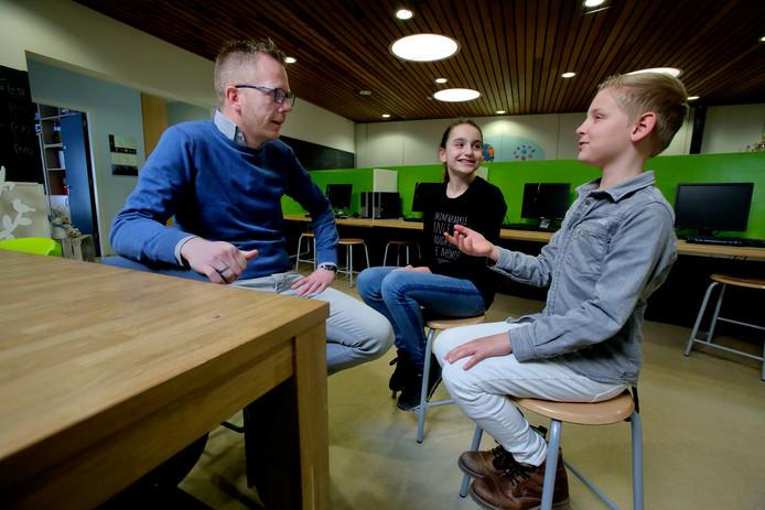 Projectleider Ronald van der Veen van Passion4kids in gesprek met hoofdrolspelers Natasja en Rieks.
