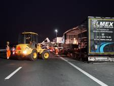 Bergen van vanochtend uitgebrande truck op A1 duurt tot middernacht