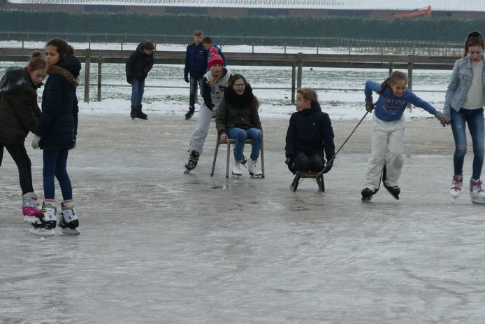 IJspret op de schaatsbaan van familie Wijnen. Zij lieten de buitenbak voor paarden onderlopen zodat het een ijsbaan werd.